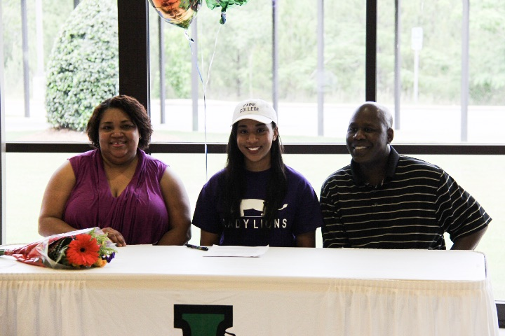 Rose Signs With Paine College